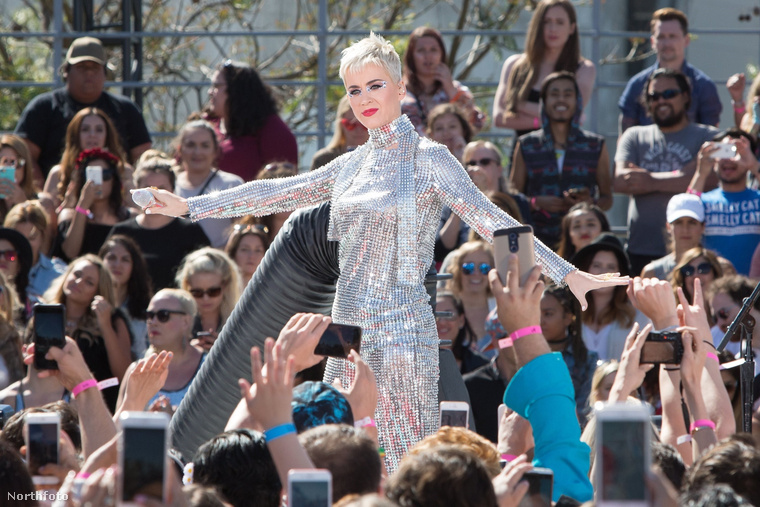 Katy Perry a héten nem akármilyen módon került be a hírekbe: az énekesnő diszkógömbnek öltözött a 40 fokos melegben