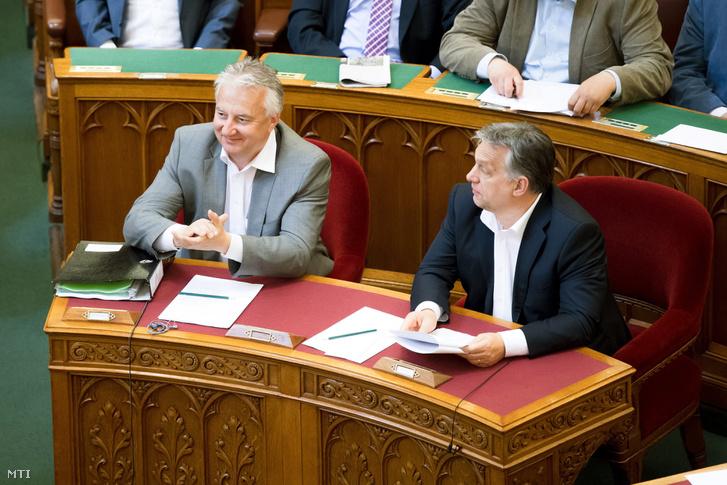 Semjén Zsolt nemzetpolitikáért felelős miniszterelnök-helyettes (b) és Orbán Viktor miniszterelnök a Magyarország 2018-as költségvetéséről szóló szavazás után az Országgyűlés plenáris ülésén 2017. június 15-én.