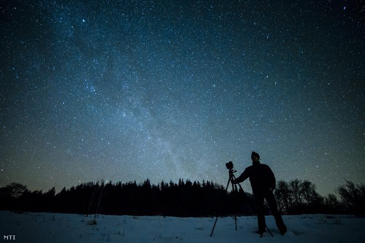 Novák Richárd a Kaptárkő Természetvédelmi és Kulturális Egyesület munkatársa az égboltot fotózza a Bükk-fennsíkon Répáshuta közelében 2015. február 12-én este. A csillagoségbolt-park cím megszerzésének érdekében a Bükki Nemzeti Park fényszennyezettségének felmérését végzik.