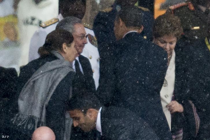 Raul Castró és Barack Obama találkozása Nelson Mandela temetésén, 2013-ban.