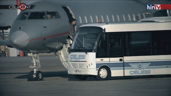 Habony Árpád a repülőgépet elhagyva.