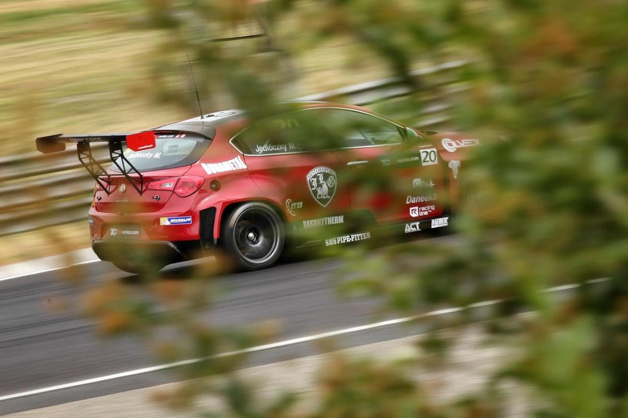 Alfa Romeo TCR a természet lágy ölén