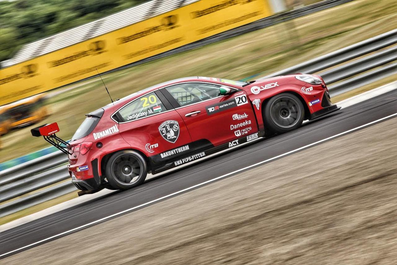 A DTM betétfutamaként először a TCR sorozat is ellátogat a Ringre, tele magyar indulóval. Itt éppen Jedlóczky Márk rója első köreit az Unicorse Alfával