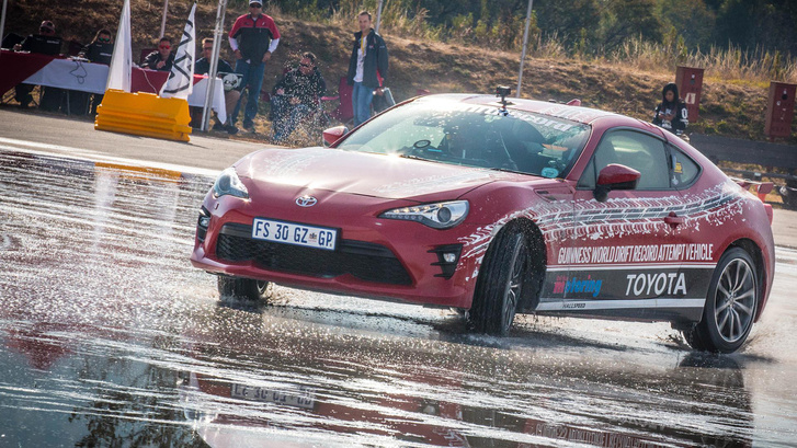 Toyota-GT86-epic-drift-sees-new-Guinness-World-Record-2