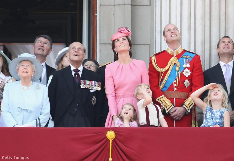 A felvonulás után a királyi család a Buckingham-palota erkélyéről nézi a parádét, itt gyaníthatóan a légi részét.