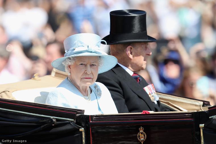 Június 17-én tartották Londonban a Trooping the colour nevű hagyományt, amelynek lényege, hogy a brit uralkodó, jelesül II