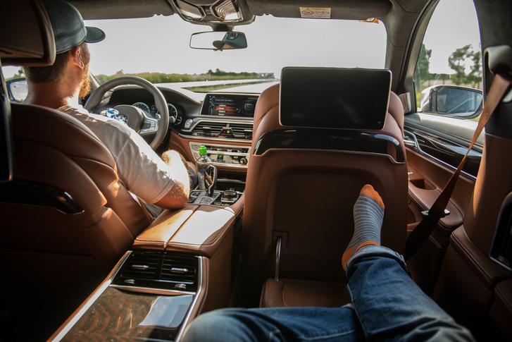 Elnöki üzemmód. A tévé funkció felára 416 ezer, és csak az m1-2-3-4-5, meg a TV2 jön be, de akinek ilyen autója van, általában úgyis kedveli ezeket.