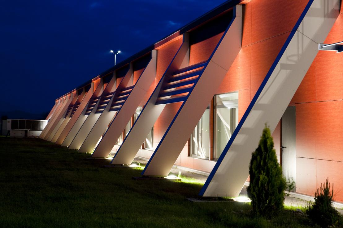 A gyár épülete esti kivilágításban