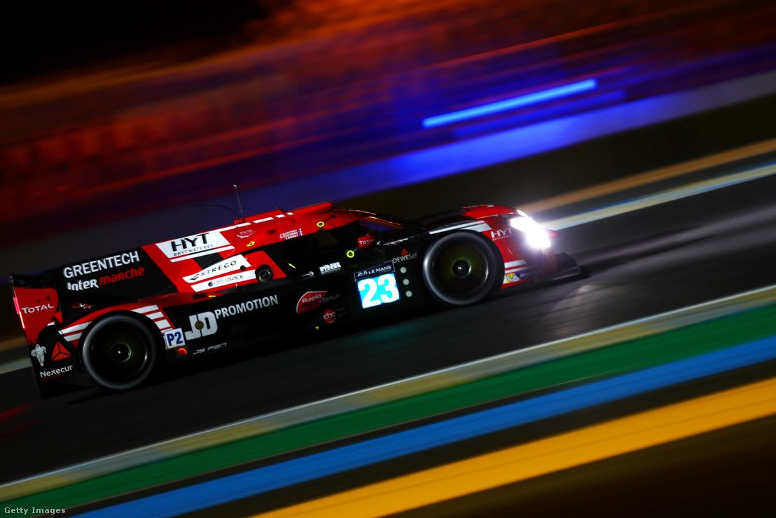 A Panis-Barthez Compétition csapat Ligier JS P2 versenyautója hasít a Le Mans-i éjszakában