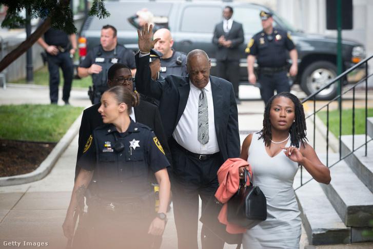 Bill Cosby a per hatodik tárgyalási napjára érkezik