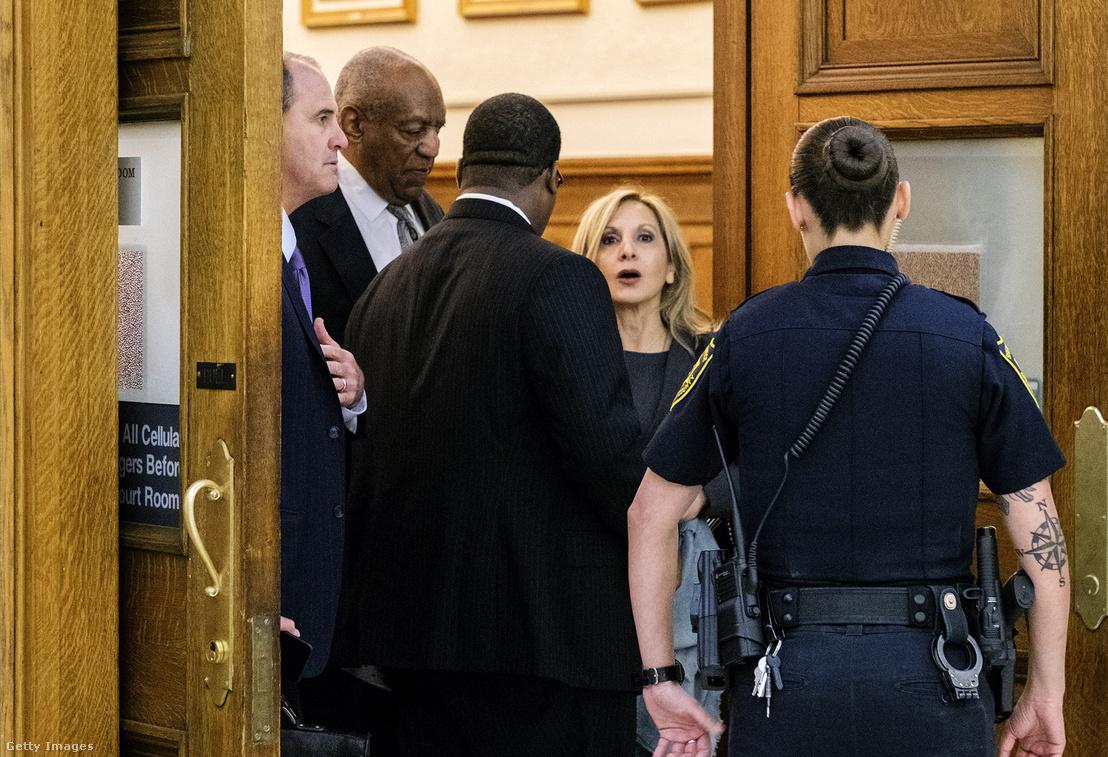Bill Cosby elhagyja a tárgyalótermet az ítélet hatályon kívül helyezése után