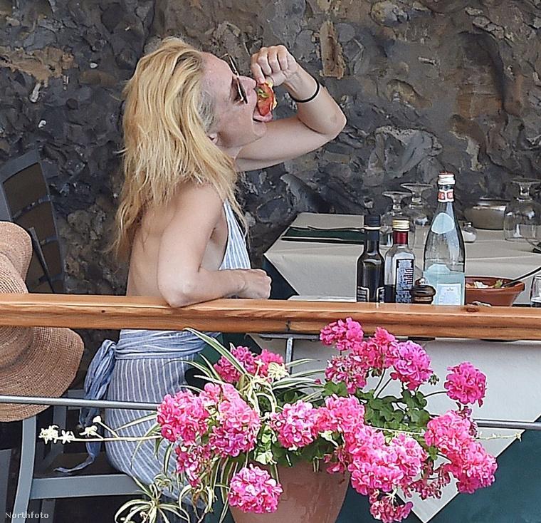 De most jöjjön pár önfeledten nyaralós fotó, amint Anderson jókat eszik,...