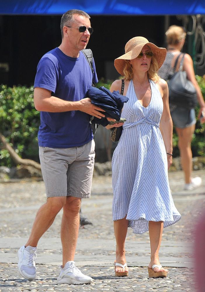 A brutális villantásig még hadd szemléltessük Gillian Anderson és pasija, Peter Morgan olaszországi nyaralását.