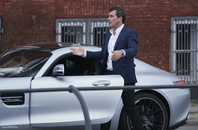 Banderas itt éppen egy Mercedes AMG GTS luxusautóba huppan be.