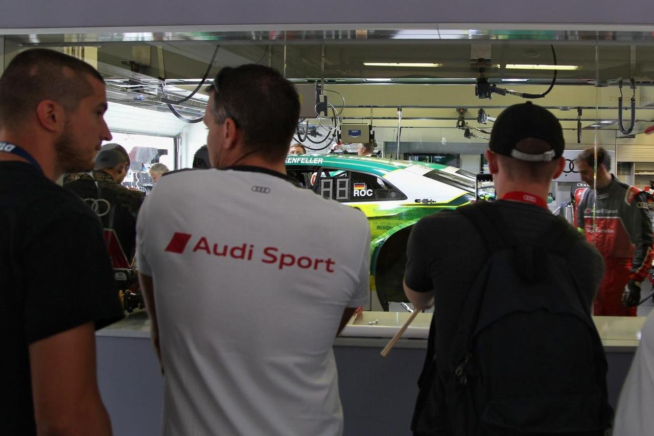 Big Brother – üvegfal mögött figyelhető meg, ahogy a boxban felkészítik az autókat a versenyek előtt – között