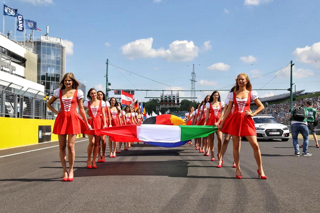 Egy kis hazai motívum a magyar, német és EU-s zászlóvivők ruháján. Női vonalon bőven van mire büszkének lennünk