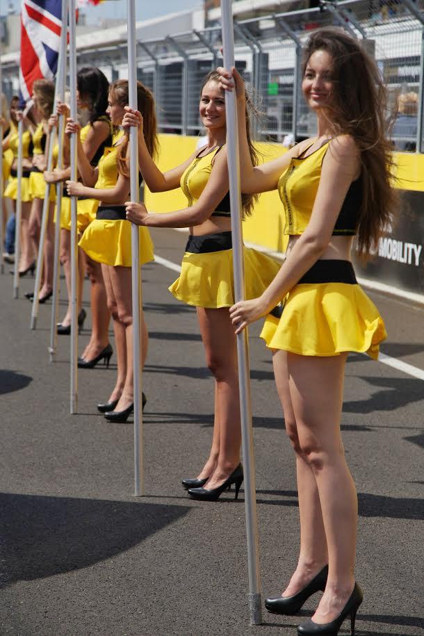 Falatnyi szoknyában falaznak a grid girlök
