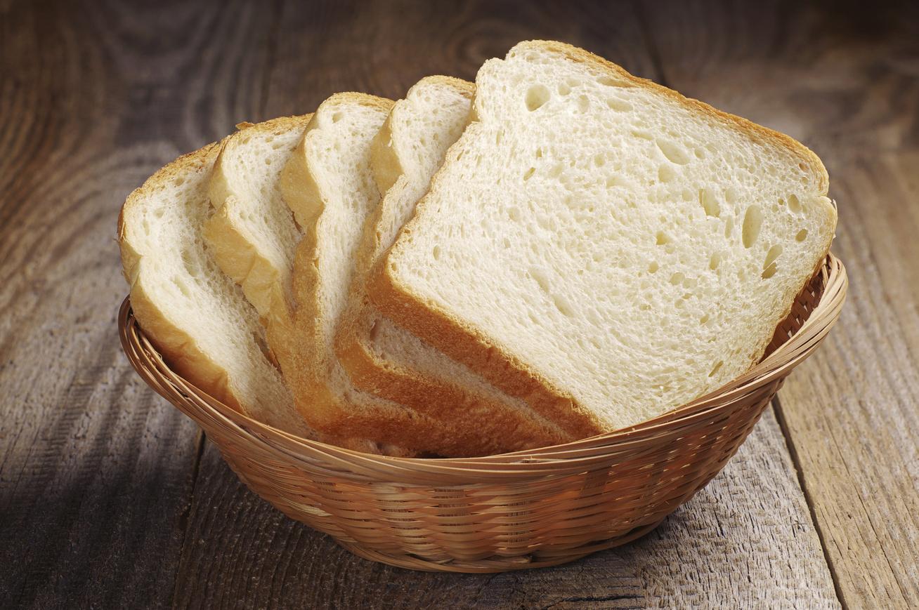 szeletelt feher kenyer kosarban