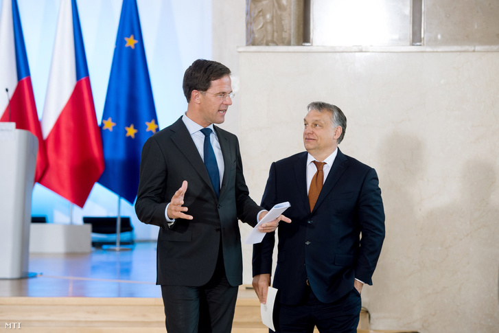 Orbán Viktor magyar és Mark Rutte holland miniszterelnök a V4-ek és a benelux államok kormányfői csúcstalálkozóján tartott sajtótájékoztató után Varsóban