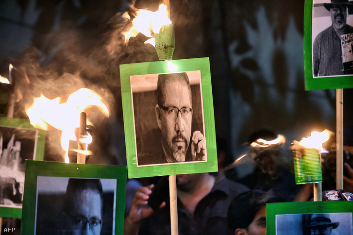 Kormányellenes tüntetők Javier Valdez képével a belügyminisztérium előtt 2017. május 16-án