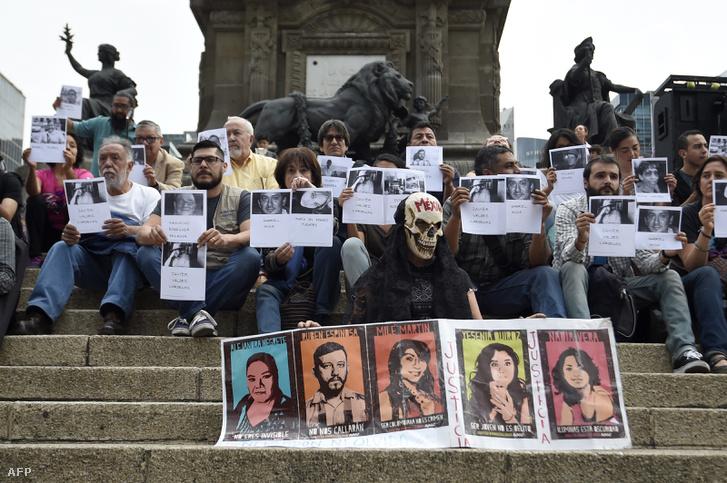 Újságírók tüntettek a mexikói újságíró, Manuel Buendia meggyilkolásának 30. évfordulóján. Előttük a közelmúltban meggyilkolt kollégák fotói