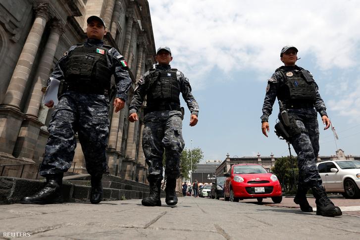 Mexikói rendőrök Tolucában