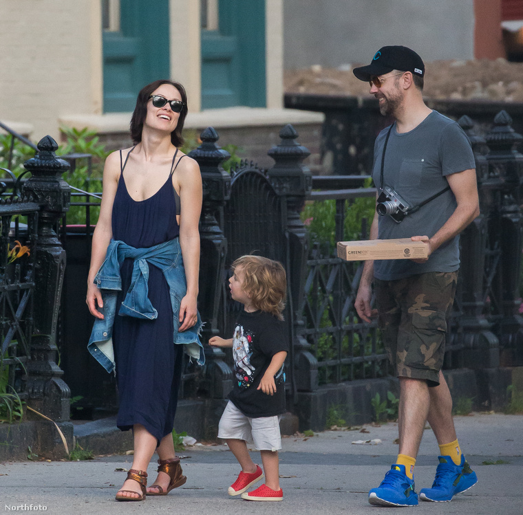 A színésznő jelenlegi partnere Jason Sudeikis, akitől két gyermeke született: a képen látható Otis, és tavaly ősszel Daisy