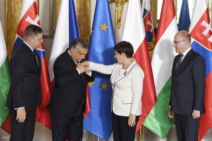 Robert Fico szlovák Orbán Viktor magyar Beata Szydlo lengyel és Bohuslav Sobotka cseh miniszterelnök (b-j) a visegrádi országok soros elnökségének ünnepélyes átadásán Varsóban 2017. június 19-én.