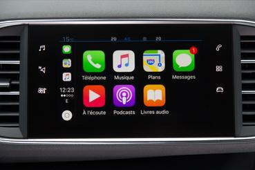 A fedélzeti rendszer az Apple CarPlay vagy Android Auto segítségével tud telefont kezelni