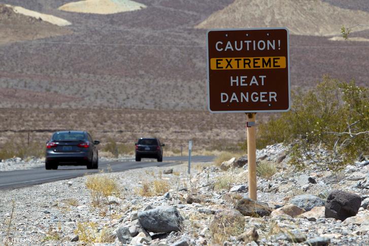 A hőségre figyelmeztető tábla egy kaliforniai országúton