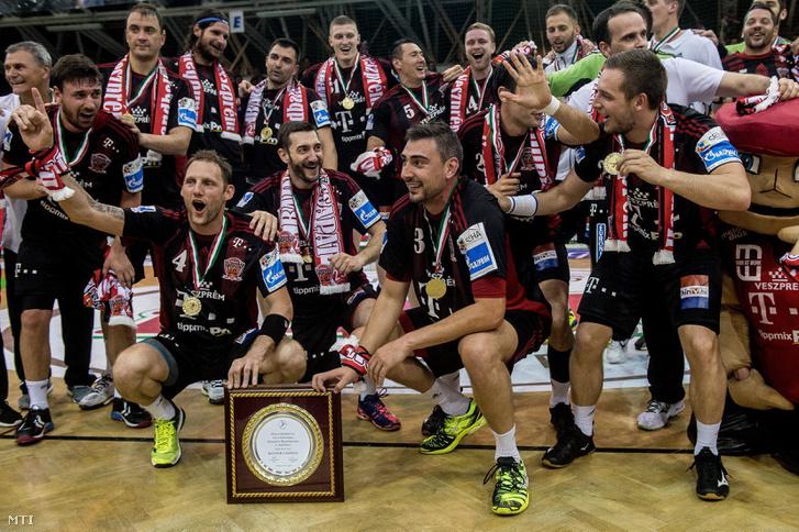 A címvédő bajnok Telekom Veszprém játékosai örülnek a MOL-Pick Szeged - Telekom Veszprém férfi kézilabda bajnoki döntő visszavágó mérkőzés után Szegeden 2017. május 24-én. A