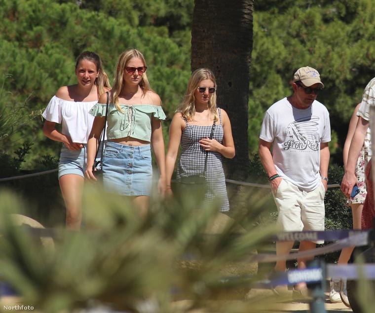 Az úticél Barcelona, a társaság pedig a következő személyekből áll: felesége (Tracy), három lánya (Aquinnah Kathleen , Schuyler Frances és Esme Annabelle)
