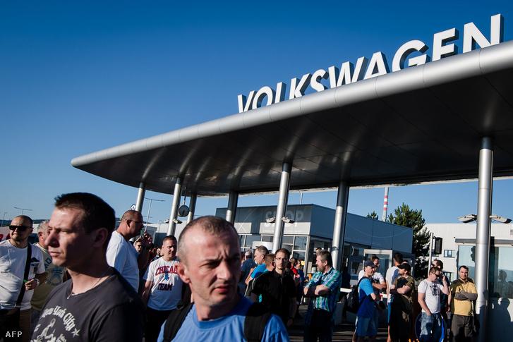 Dolgozók a Volkswagen telephelye előtt, június 20-án.