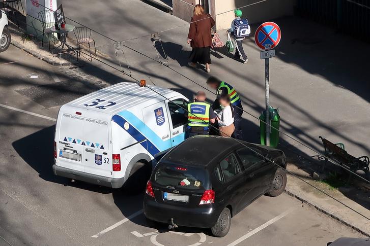 Rokkant-helyre odabilincselni mégsem elfogadható. Ráadásul megállni tilos tábla hatálya alatt áll a Rendészet autója. Rájuk nem vonatkozik a KRESZ?