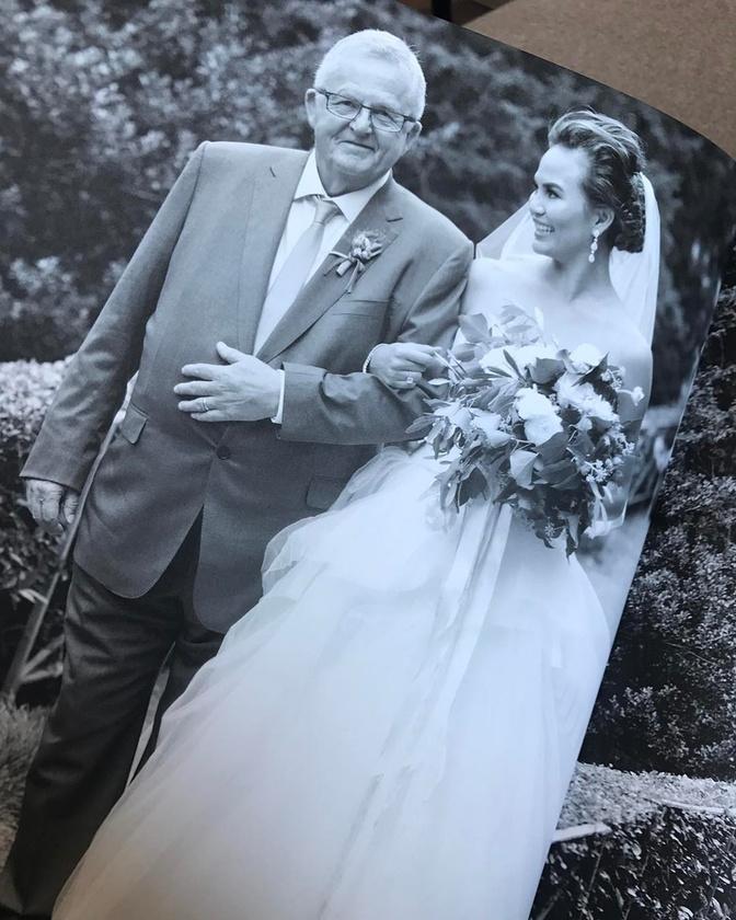 Chrissy Teigen kisebb novellát írt arról, hogy az apukája mennyit dolgozott az ő és családjuk boldogságáért.                         Illetve az is kiderült, hogy nagyon furcsa becenevet használnak