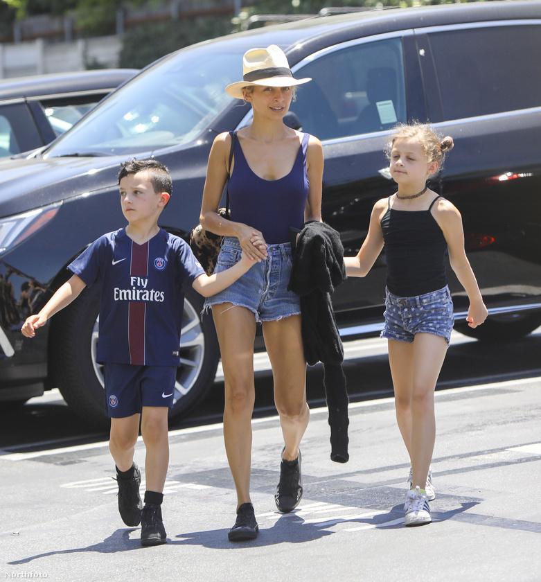 Nicole Richie az, Lionel Richie örökbefogadott lánya, akinek már két gyermeke van, a képen focimezben látható Sparrow és a 9 éves kislány, Harlow