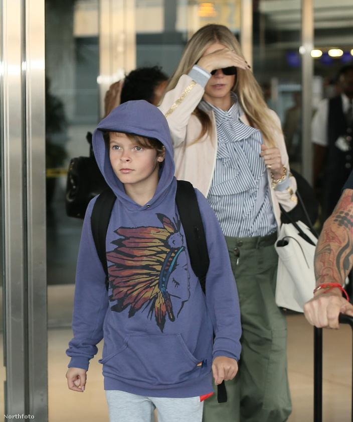 Na és itt ki az a híresség, aki kitakarja magát a fia mögött?
