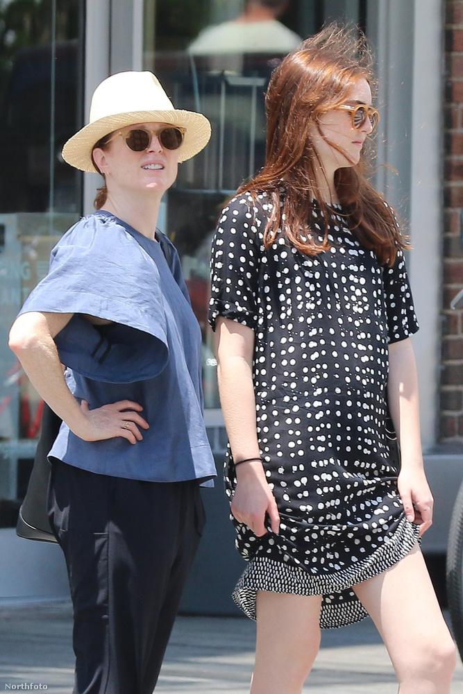 Ha jobban megnézzük, a sárga kalapos hölgy a híres színésznő, Julianne Moore, mellette pedig a 15 éves lánya, Liv Freundlich