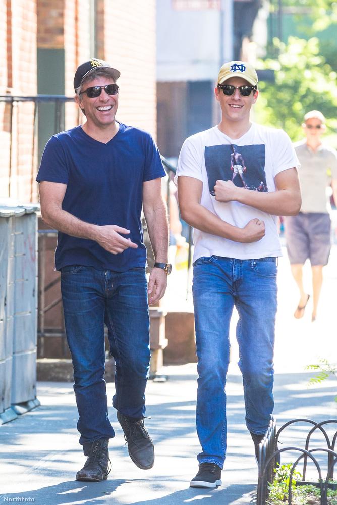A hasonlóság nem véletlen: az énekes Bon Jovi és 15 éves kamaszfia, Jacob Hurley Bongiovi sétál mosolyogva, napszemüvegben