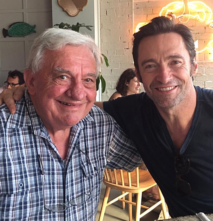 Hugh Jackman az Instagramon kívül még a Twitterre is feldobta ezt a közös képet és az ünnepet apjával együtt töltötte