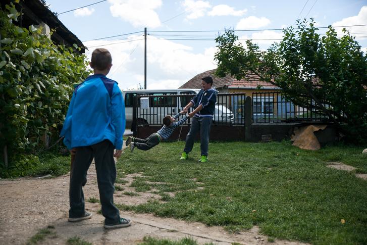 Vera gyerekei játszanak udvarukon