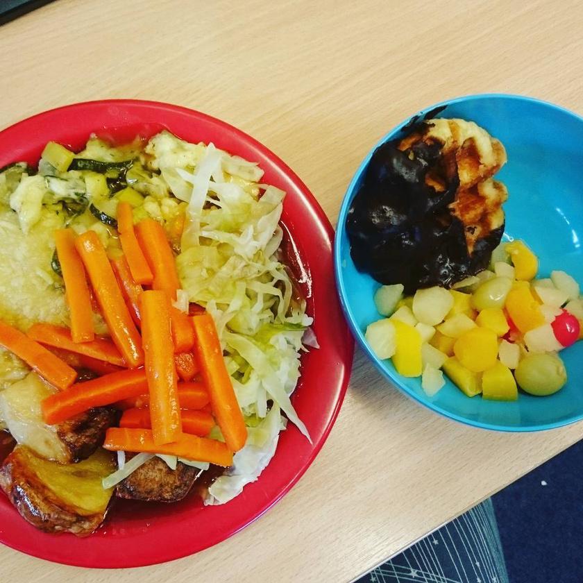 Nagy-Britanniában bővelkedik az iskolai menü zöldségekben: a saláta és a párolt répa után azért sütemény is jár, sok-sok gyümölcs kíséretében.