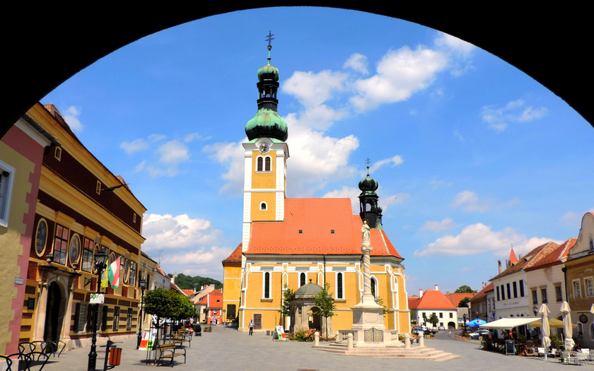 A Mária-út a festői Kőszegen keresztül érkezik Magyarországra, hogy aztán a nagyobb zarándokhelyeket érintve végighaladjon Nyírbogátig, a keleti határpontig.