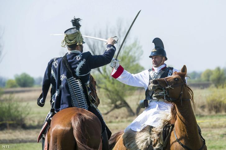 Katonai hagyományőrzők az 1848-49-es forradalom és szabadságharc tavaszi hadjárata hatvani csatájának 168. évfordulója alkalmából tartott bemutatón