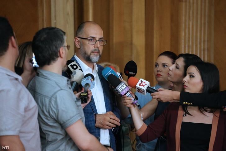 Kelemen Hunor a Romániai Demokrata Szövetség (RMDSZ) elnöke nyilatkozik a sajtónak a román képviselőházban 2017. június 20-án.