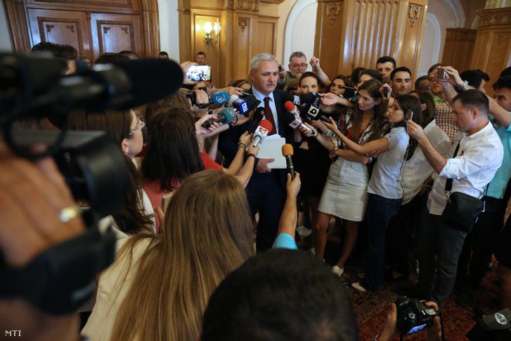 Liviu Dragnea, a román Szociáldemokrata Párt (PSD) elnöke nyilatkozik a sajtó képviselőinek a román parlamentben 2017. június 14-én.