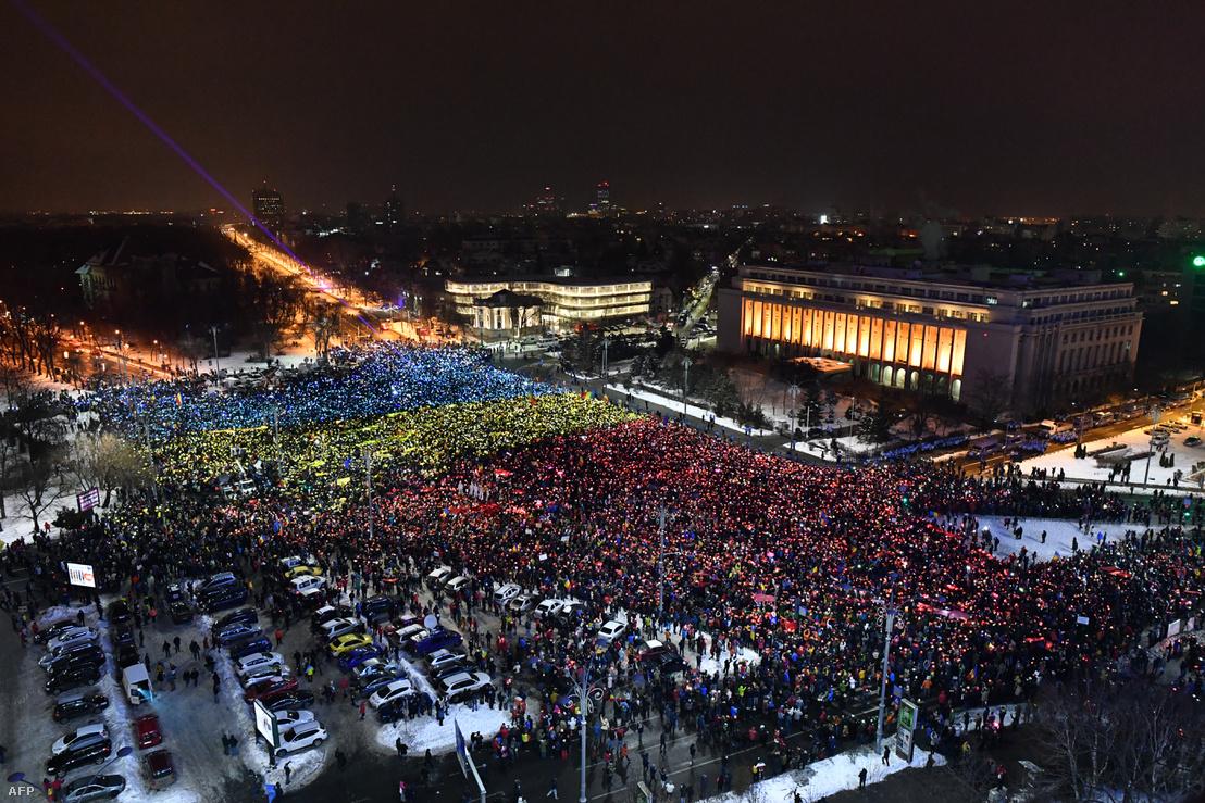A februári tömegtüntetések egyik eseménye Bukarestben, a parlament előtti téren.