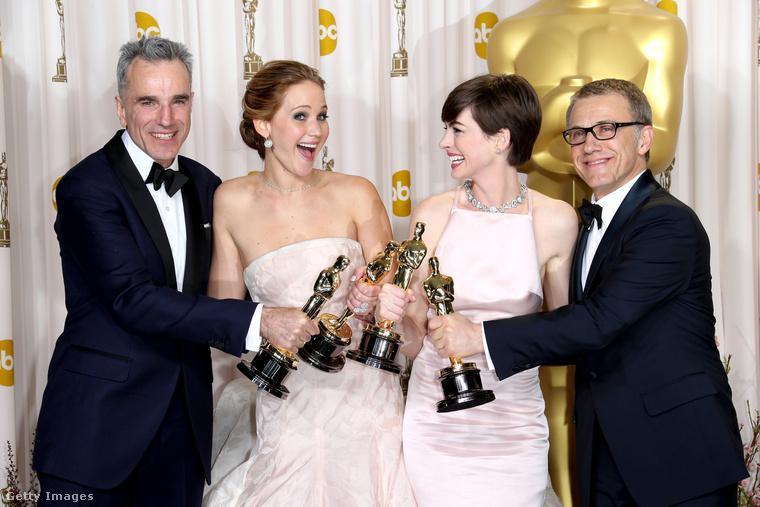 A 2013-as Oscar-díjkiosztón Day-Lewis a friss győztesekkel állt össze egy csoportkép erejéig: mellette Jennifer Lawrence, Anne Hathaway és Christoph Waltz mosolyog a fotósoknak.