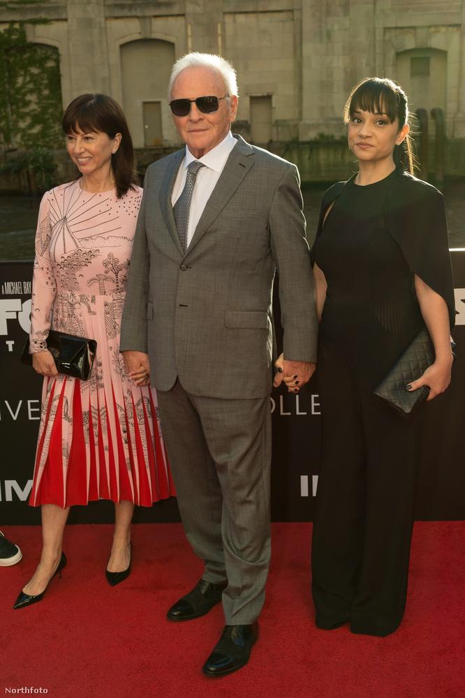 Az eseményre mellesleg nem egyedül érkezett, vele tartott a felesége, Stella Arroyave is