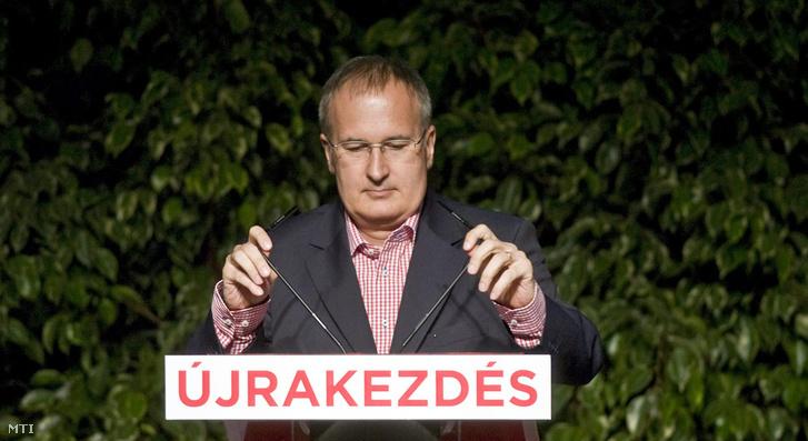2010. július 10. Simon Gábor, a Magyar Szocialista Párt (MSZP) országos választmányának leköszönő elnöke beszédet mond a párt tisztújító kongresszusán, az Europa Congress Centerben.